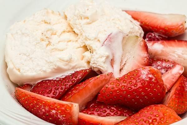 aneka-minuman-Es-Krim-Yogurt-Rasa-Strawberry